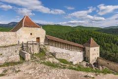 其中一个入口在老Rasnov中世纪堡垒,在有森林和山的布拉索夫县罗马尼亚,在背景中 库存照片