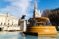 其中一个喷泉在特拉法加广场,伦敦 免版税库存图片