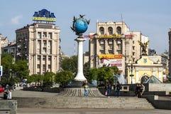 其中一个基辅独立广场(Maidan Nezalezhnosti)的标志在城市的中心 库存照片