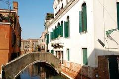 其中一个威尼斯、意大利和看法的老房子在运河 图库摄影