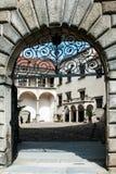 其中一个对哥特式城堡庭院的门 免版税库存图片