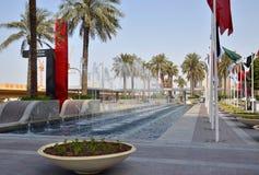 其中一个对著名购物中心迪拜购物中心的入口与它的喷泉 免版税库存图片