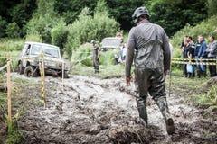 其中一个竞走的参加者通过深泥 免版税库存照片