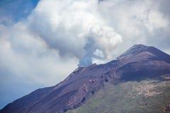 从其中一个Mt斯特龙博利岛火山口出来的火山的烟  免版税库存照片