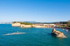 其中一个Sidary手段海滩与运河D'Amou的著名小海湾的 corfu希腊 免版税库存图片