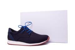 其中一双在箱子附近的蓝色精神鞋子 库存照片