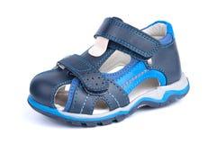 其中一双蓝色婴儿在白色背景隔绝的凉鞋鞋子 库存图片