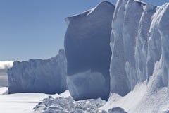 其中一在南极wa结冰的一座小桌冰山的边 免版税库存照片