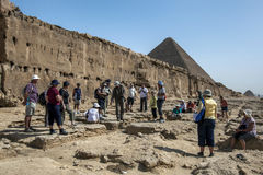 其中一在吉萨棉金字塔的岩石采石场在开罗在埃及 库存图片