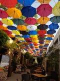 其中一家在塞浦路斯海岛上的美丽的餐馆,有一个美妙的看法:伞盖子 ? 库存照片