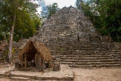 其中一座印象深刻的石金字塔在科巴,古老玛雅城市废墟在尤加坦,墨西哥 免版税库存图片