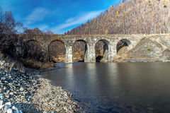 其中一座在Circum贝加尔湖铁路的桥梁 免版税库存照片