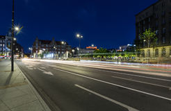 其中一条卡托维兹中央街道在日落以后的 库存照片