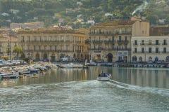其中一条在街市Sete法国的水路作为小船慢慢地巡航往码头 库存照片