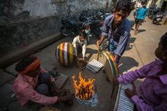 其中一条的音乐家城市街道 瓦腊纳西是其中一个最重要的朝圣站点在印度 库存图片