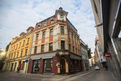 其中一条街道在老里加中世纪镇  里加长期是一个商业同业公会的城市 免版税库存图片