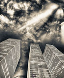 其中任一辆是城市可能国家(地区)黄昏英语第一个前景办公室告诉的街道世界的被弄脏的大厦汽车 反对美丽的天空的街道视图 库存照片