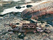 其余凹下去的小船发动机组  海难被放弃的马达海上的 图库摄影