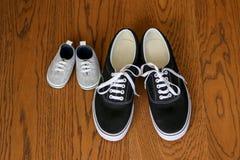 其次停留父亲和儿子的运动鞋 免版税库存图片