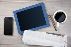 其次压片咖啡智能手机和报纸 免版税库存照片