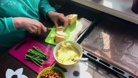E 其次在板材大葱、土豆泥和油煎的蘑菇 影视素材