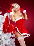 其次backgr对结构树白人妇女的圣诞节红&#33 免版税库存图片