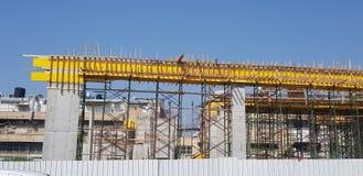 具体专栏金属化射线和木脚手架未来大厦的 免版税库存照片