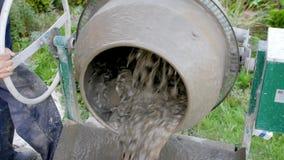 具体倾吐 建筑工人混合的灰浆 从水泥搅拌车的倾吐的混凝土混合料 建筑过程 影视素材