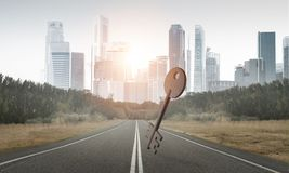 具体关键标志的概念性背景图象在柏油路的 免版税图库摄影
