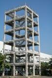 具体扶手栏杆楼梯低角度视图  免版税库存图片