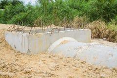 具体排水设备管子和出入孔建设中 库存照片