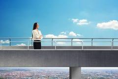 具体桥梁的妇女 免版税图库摄影