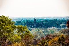 具有柬埔寨性质的菩萨寺庙 免版税库存图片