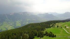 具球果森林顶视图在多云天气的山谷 r 绿色森林美丽如画的全景  股票录像