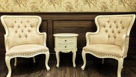 经典中国葡萄酒样式表和在客厅设置的椅子家具 库存图片