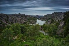 经典之作、红色挪威房子和小船 免版税图库摄影