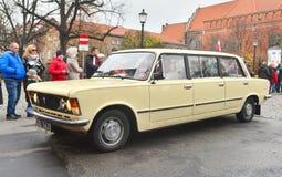 经典之作波兰汽车FSO Polski在游行期间的菲亚特125p 免版税库存照片