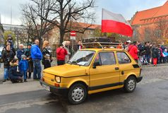经典之作波兰汽车Polski在游行期间的菲亚特126p 免版税图库摄影