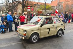 经典之作波兰汽车Polski在游行的菲亚特126p 库存图片