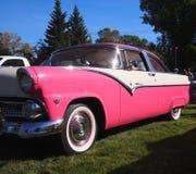 经典之作被恢复的桃红色和白色福特Fairlane 免版税库存图片
