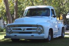 经典之作被恢复的白色半吨卡车 免版税图库摄影