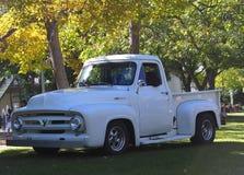 经典之作被恢复的白色半吨卡车 库存图片