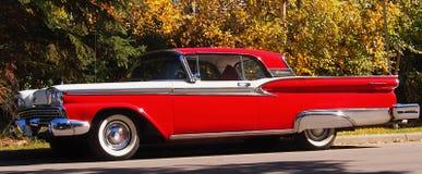 经典之作被恢复的红色和白色福特Fairlane Skyliner 免版税库存照片