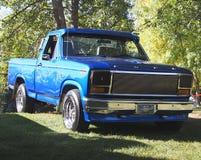 经典之作被恢复的蓝色半吨卡车 免版税图库摄影