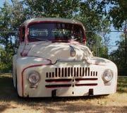 经典之作被恢复的驾驶低底盘汽车兜风者卡车 免版税库存照片