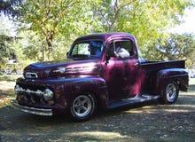 经典之作被恢复的紫色半吨卡车 免版税库存图片
