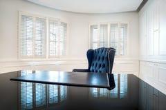 经典之作,在现代建筑学设计的豪华办公室内部 免版税库存照片