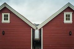经典之作,红色挪威房子 库存照片