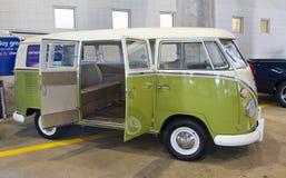 经典之作1966年德国大众公共汽车 免版税库存照片