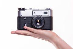 经典之作35mm照片照相机在手边 免版税图库摄影